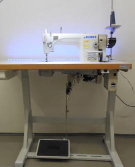 Juki DDL 8700 Industrie-Nähmaschine mit Gestel, Tischplatte und Motor